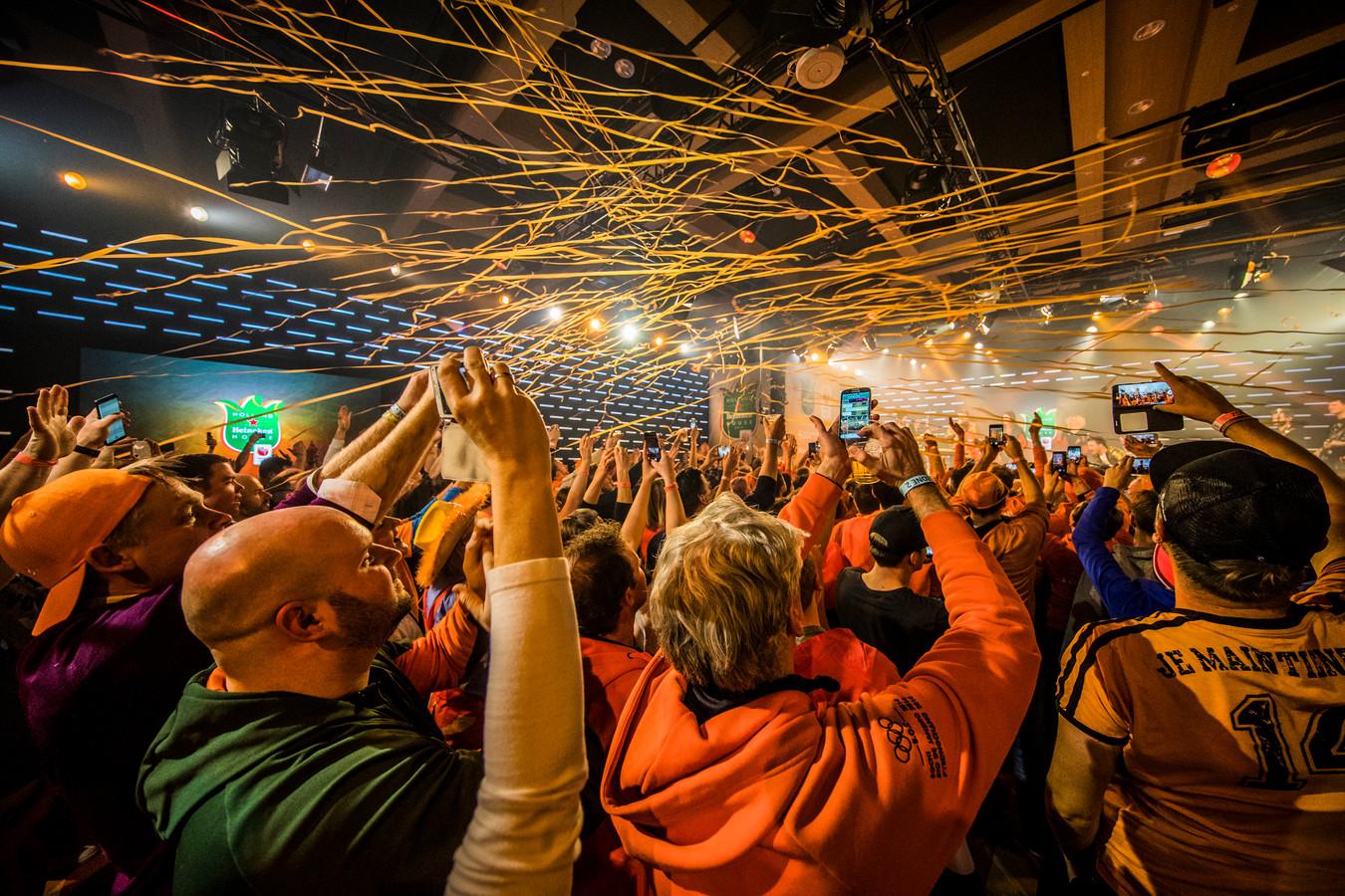Bezoekers vieren feest in het Holland Heineken House.