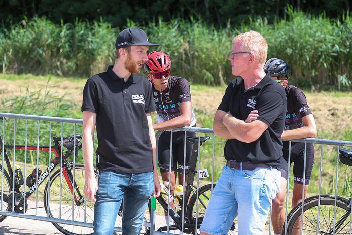 Jasper Hamelink (l) en organisator Frans van Varik hebben genoeg te bespreken tijdens de Zuiderzeeronde.