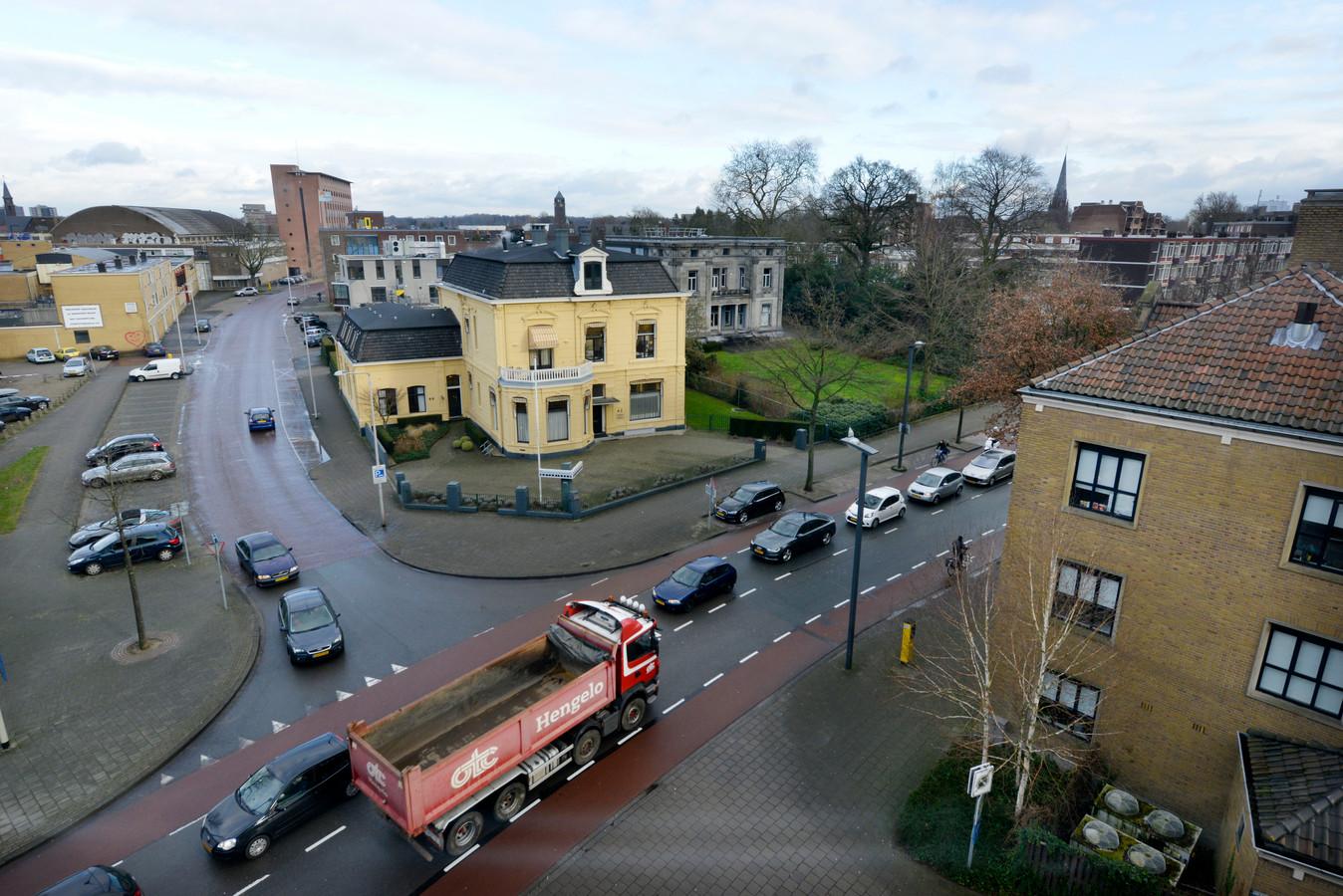 Het gele kantoor is van Hofsteenge Wesseling Notarissen, rechts er naast villa De Wiem (beoogde nieuwe locatie Tactus) en rechts op de voorgrond zit het Leger des Heils. Achter het notariskantoor zit Tactus met de crisisopvang en verderop in de Reiffeisenstraat zit Mediant GGZ.
