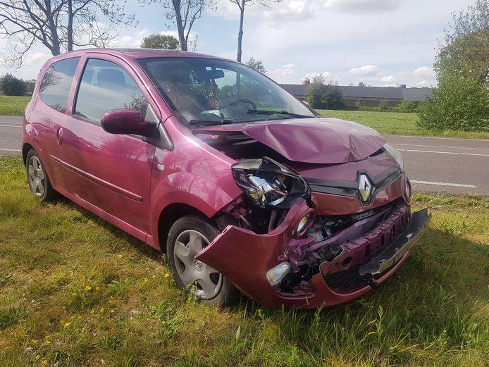 De schade aan de auto na de botsing op de N375.