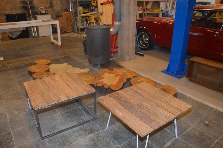 Twee tafels gemaakt van Indonesisch zwerfhout. De linkse tafel met gelast frame kost zo'n 300 euro, de rechtse tafel met witte pootjes kost 200 euro.
