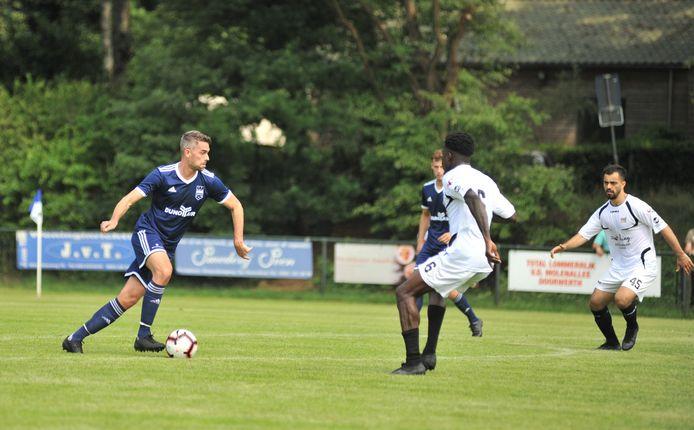 Wilco den Hartog aan de bal voor DUNO tegen het NEC van Shapoul Ali (uiterst rechts) die deze zomer overstapte van de club uit Doorwerth naar Nijmegen.