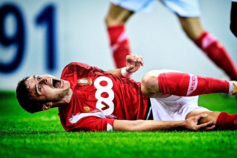 Standard-verdediger Zinho Vanheusden schreeuwt het uit van de pijn. Beeld BELGA