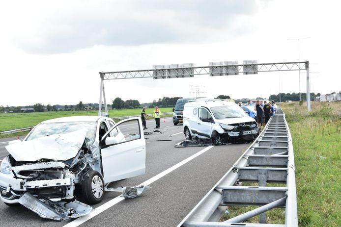 Meerdere voertuigen maken klap op A12 bij Woerden