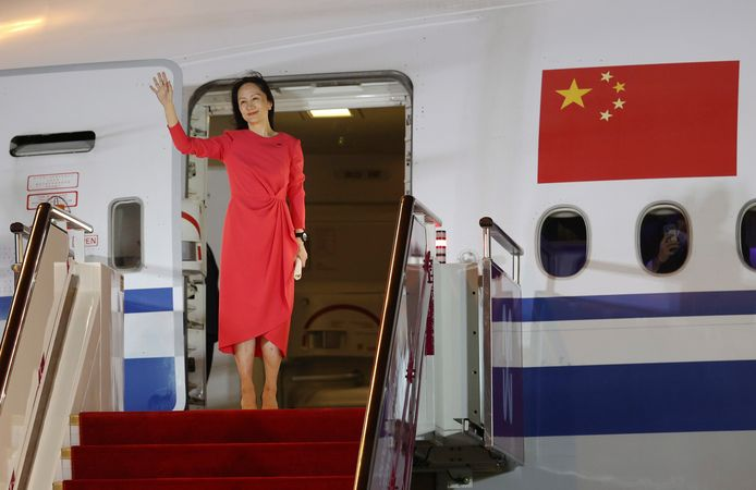 Meng Wanzhou stapt uit het vliegtuig op het vliegveld van Shenzhen.