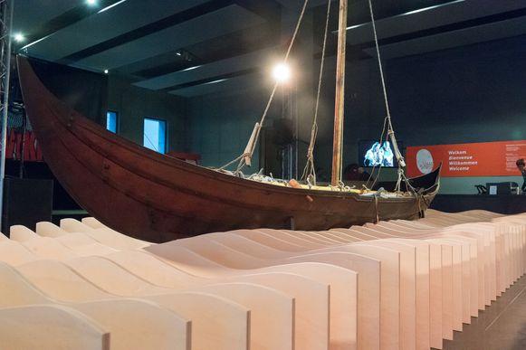Een replica van een vikingboot.