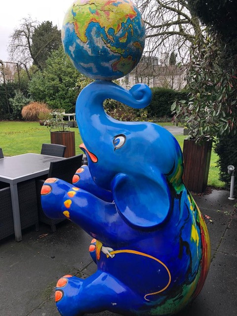De Blauwe Olifant van Chrit Rousseau stond eerst bij de familie Gerards in Heerlen.