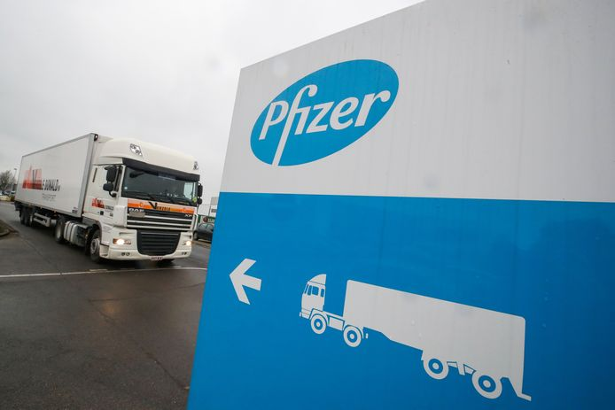 Een koelwagen aan de productiesite van Pfizer in Puurs.