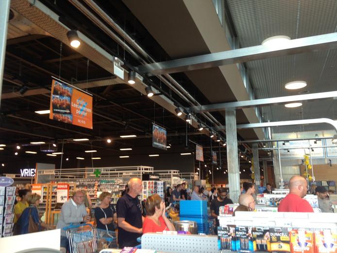 Bij de AH XL aan de Limburglaan in Eindhoven liepen de wachttijden bij de kassa's op tot ruim een half uur.