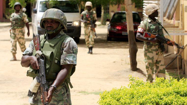 Archiefbeeld: Nigeriaanse soldaten houden de wacht aan de gebouwen van de Nigeriaanse Staatstelevisie in Maiduguri, Nigeria. Beeld AP