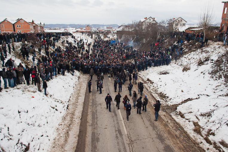 Een demonstratie van Kosovaarse nationalisten bij de grens tussen Kosovo en Servië.  Beeld Vedat Xhymshiti / Demotix