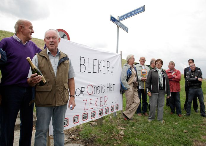 Johan Robesin (met fles champagne in de hand) viert op 17 juni 2011 dat de Hedwigepolder droog blijft. Het zal later een illusie blijken.