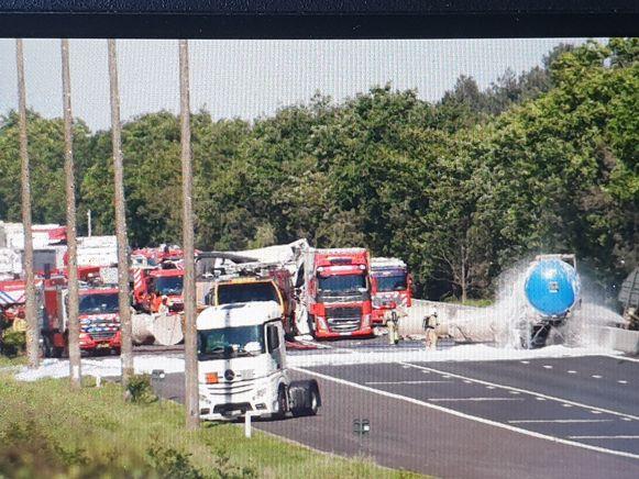 De snelweg is volledig afgesloten ter hoogte van Mol-Postel.