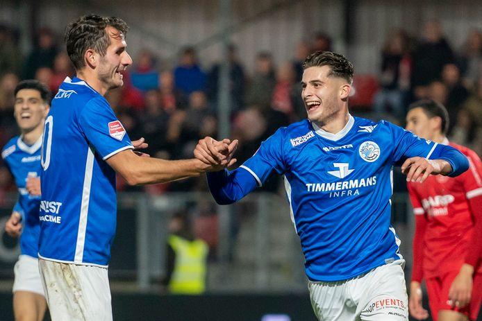 Ruben Rodrigues (rechts) wordt gefeliciteerd door ploeggenoot Paco van Moorsel na een van zijn twaalf treffers voor FC Den Bosch van afgelopen seizoen.