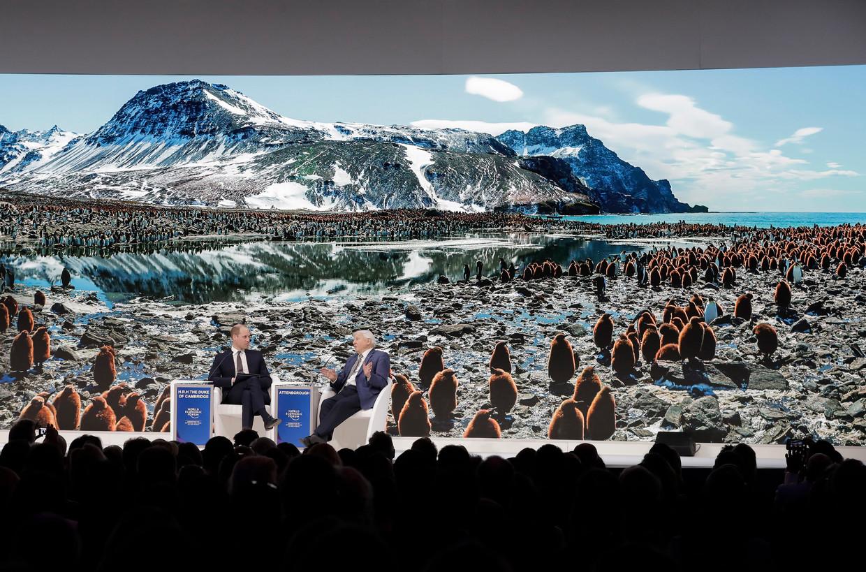 De Britse prins William (links) luistert naar Sir David Attenborough. De natuurfilmer presenteerde in Davos zijn documentaire Our Planet. Beeld AP