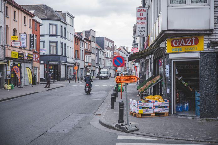 Onder meer in de Bevrijdingslaan liggen de Turkse buurtwinkels allemaal dicht bij elkaar, waardoor rijen met 1,5 meter tussen moeilijk worden.