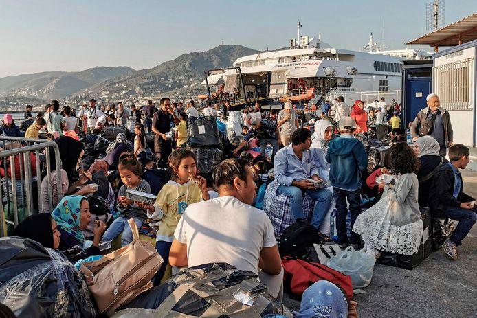 Vluchtelingen en migranten wachten op verder vervoer op Lesbos.