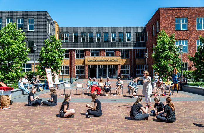 Buiten bij het Carolus Borromeus College in Helmond vinden repetities plaats van de voorstelling Waskracht.
