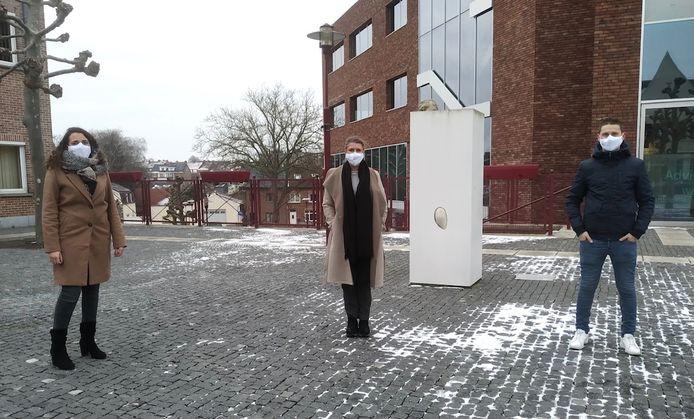 Iris Vander Schelde (miden) stapt uit de gemeenteraad. Malika Krossa (links) volgt haar op. Pieter-Jan Lambert (rechts), stapt in het BCSD.