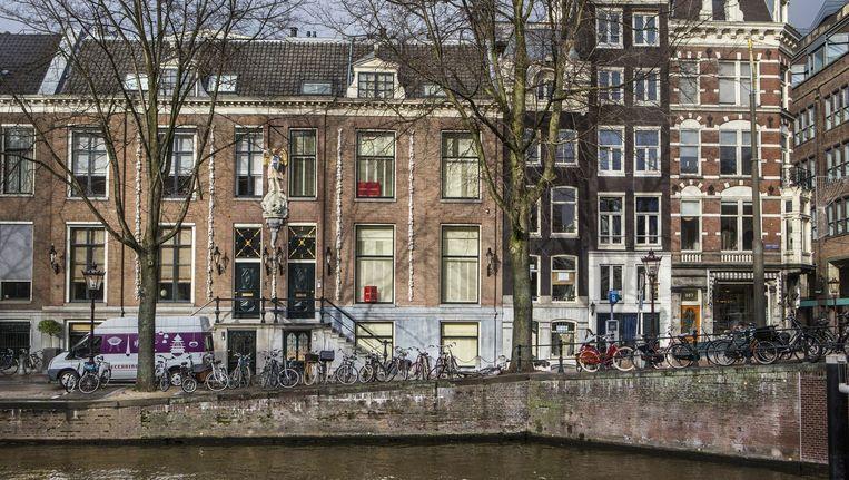 Grachtenpand Herengracht 581 (met Sint Joris en de draak op de gevel, vraagprijs 6,7 miljoen euro) kwam in het bezit van een internationale belegger. Beeld Floris Lok