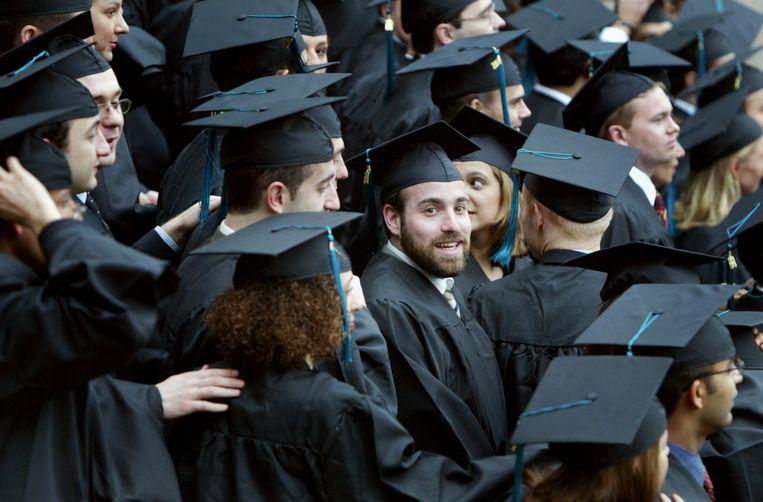 Honderdtwaalf studenten van de fulltime opleiding MBA van Rotterdam School of Management vieren hun afstuderen voor corona. Beeld ANP