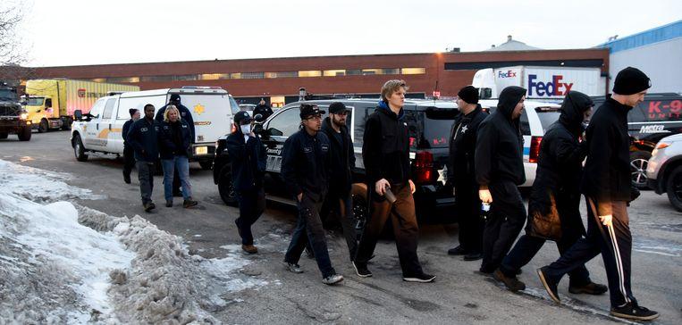 Werknemers van de fabriek worden weggeleid. Beeld AP