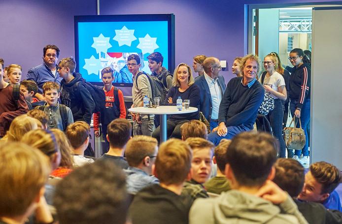 Talkshow-hosts Pauw en Jinek op bezoek bij het Zwijsen College in Veghel. Ze waren al gestart maar werden onderbroken door een groep leerlingen die nog binnenkwam. Dat mocht de pret niet drukken.