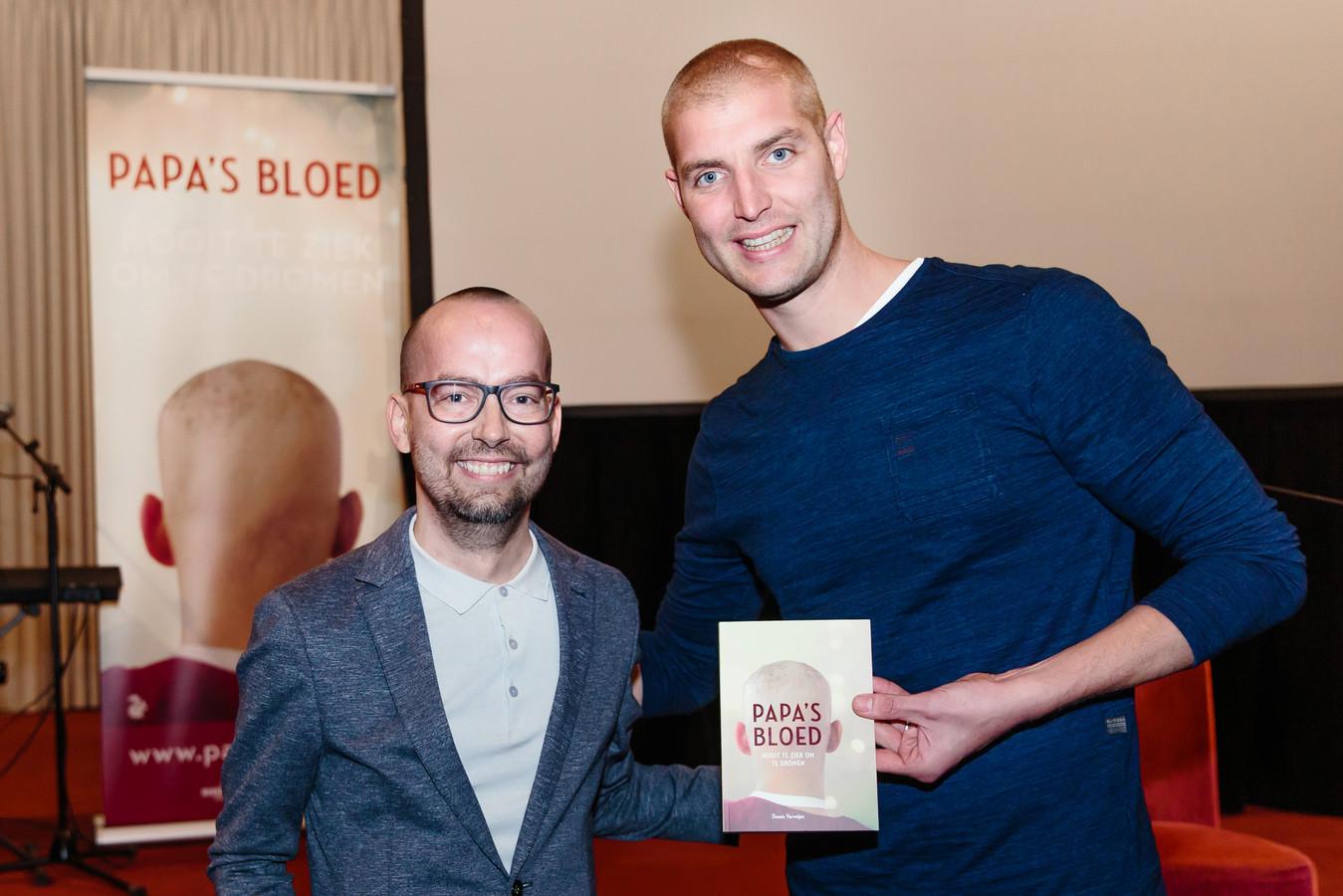 Dennis Verweijen met Maarten van der Weijden en het eerste exemplaar van het boek Papa's Bloed in ontvangst nemen. foto: eigen foto