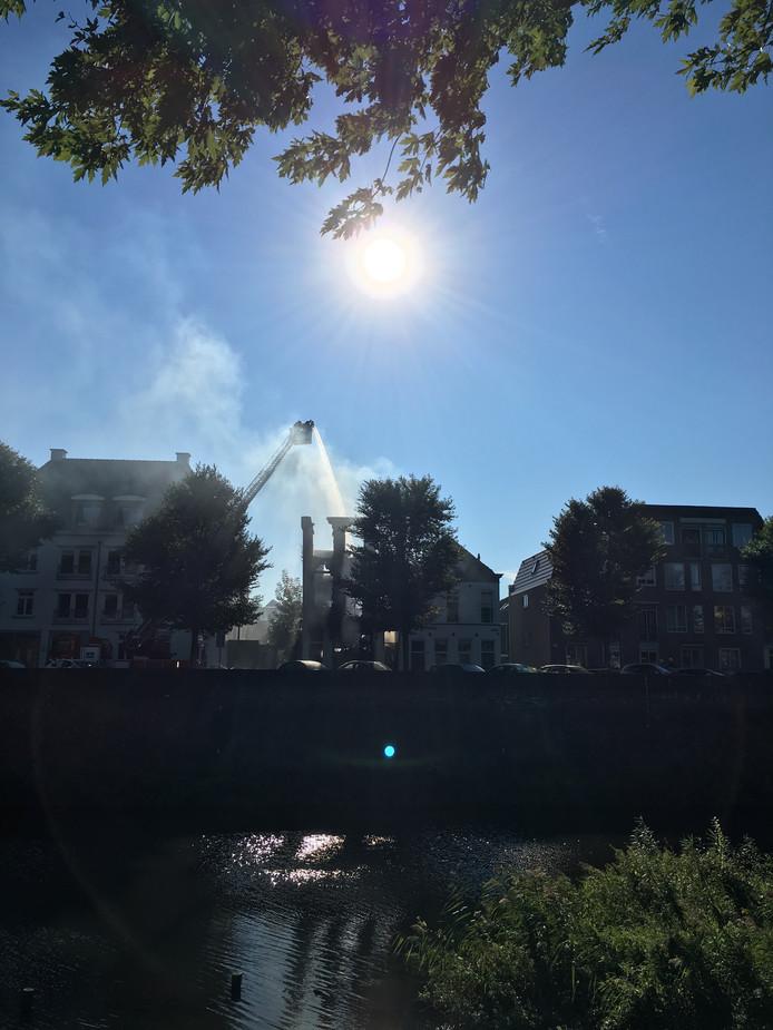 De brandweer blust na bij het pand aan de Westwal.