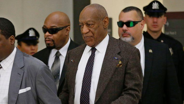 Bill Cosby, omringd door veiligheidsagenten in het gerechtsgebouw van Montgomery, Pennsylvania. Beeld REUTERS