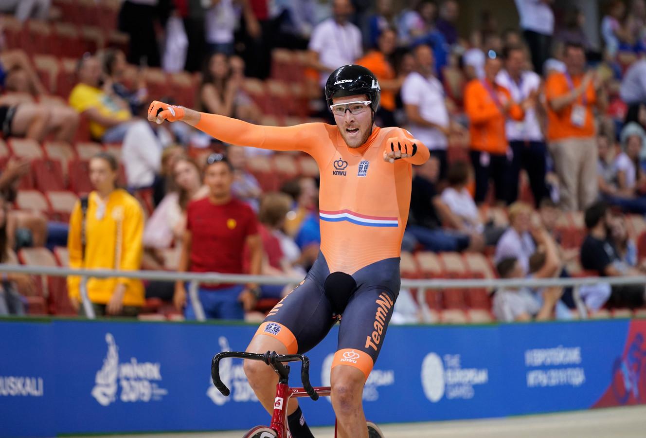 Jan-Willem van Schip viert zijn gouden medaille op de Europese Spelen.