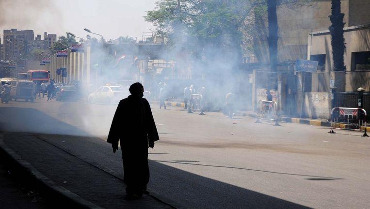 Een man wandelt door een waas van traangas van de Egyptische politie. Beeld EPA