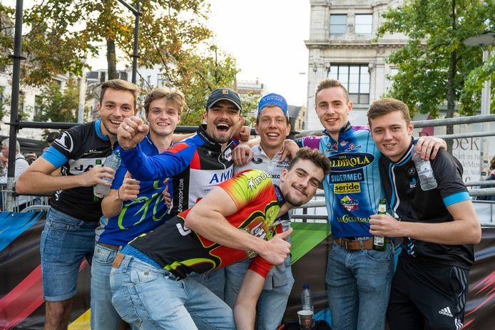 VIncent Van Rooy (derde van links) kwam met een stel vrienden van Ninove. Ze willen ook de koers in Leuven volgen.