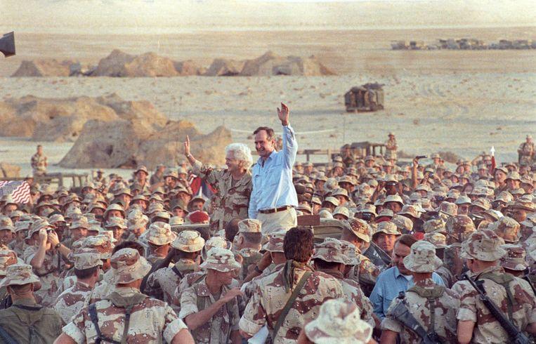U.S. President George H. W. Bush na het bezoek aan zijn troepen in 1990 .   Beeld REUTERS