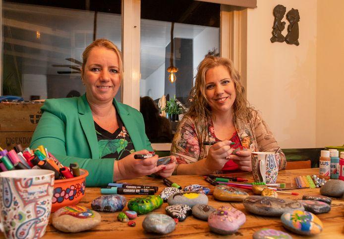 Esther Schutte (r) en Gerrie de Wolf  willen niks verdienen met hun beschilderde stenen. Het is voor de dames een uitlaatklep en een manier om iets voor een ander te doen.