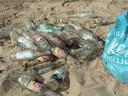 Afval dat achter is gebleven bij het Grindgat in de Rosandepolder.