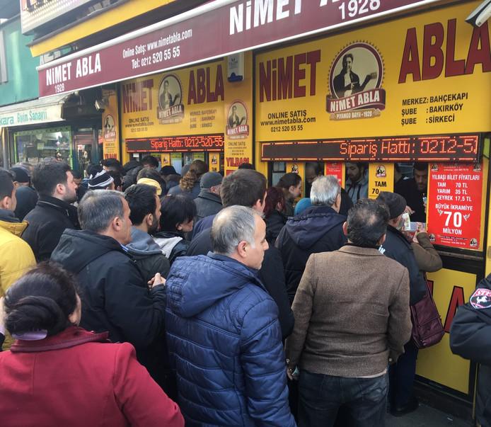 Ook al is het kopen van lootjes 'haram', het is topdrukte bij de Nimet Abla lootjesverkoop.