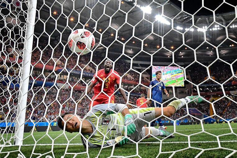 Romelu Lukaku ziet de bal binnenvliegen tegen Japan.  Beeld BELGA