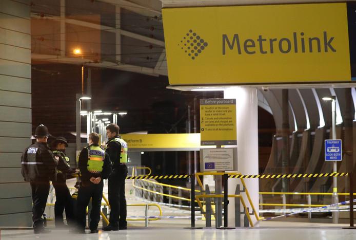 Politieagenten staan op het perron van Victoria Station in Manchester waar de steekpartij plaatsvond.