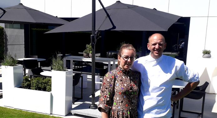 Anke en Jan bij het terras van hun restaurant