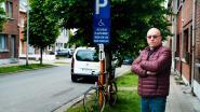Bewoner is het beu: gehandicaptenplaats keer op keer ingepalmd door foutparkeerders omdat verkeersbord niet zichtbaar genoeg is