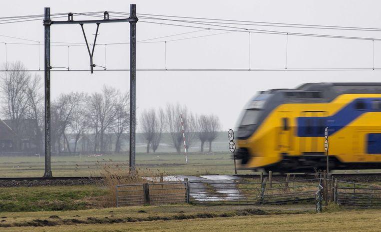 Een onbewaakte spoorwegovergang bij Oosthuizen, waar treinen alleen nog met een maximale snelheid van 90 km per uur mogen passeren.  Beeld ANP