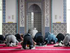 Moskeeën in regio Utrecht wijken noodgedwongen uit naar grasveld, sporthal en parkeerplaats voor offerfeestgebed