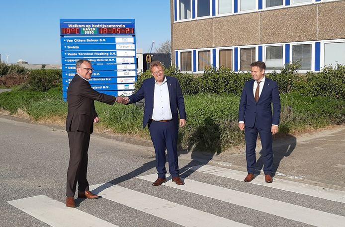 VCB-directeur Dinro Hobbel (midden) overhandigt de sleutel van het voormalige Thermphos-kantoor aan algemeen directeur Daan Schalck (links) van havenbedrijf North Sea Port. Gedeputeerde Jo-Annes de Bat kijkt toe.
