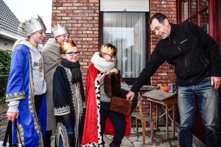 Dieuwke, Arne, Amber , Mare, zamelen centjes voor het comité van de Kruisstraat , centjes gaan gebruikt worden voor een activiteit met Pasen.