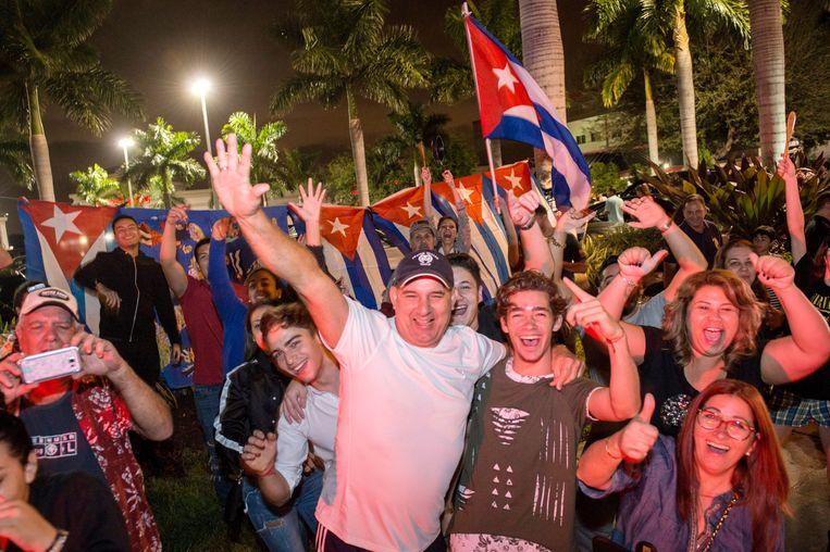Cubaanse Amerikanen zwaaien met de vlag in Miami na de dood van Castro. Beeld EPA