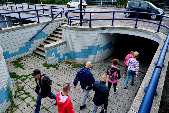 Voor wandelaars is er deze voetgangerstunnel, die niet iedereen weet te vinden of wil gebruiken.