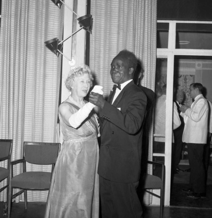 Kenneth Kaunda als eerste president van Zambia met de Britse prinses Mary die koningin Elizabeth II vertegenwoordigt, tijdens de onafhankelijkheidsvieringen in oktober 1964 in Lusaka.