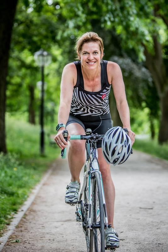 """<font color=""""black""""><strong>Patricia Schreurs, 41 jaar, Utrecht: 'Wielrennen is booming, zeker onder vrouwen' <br /><br /></strong>,,Ik heb nog wel zo'n oud papieren boekje liggen, waar ik vroeger mijn trainingstijden in opschreef, maar ik vind Strava echt fijn omdat het mijn logboek vervangt. Nu kun je die gegevens gewoon uploaden vanaf je horloge. Je kunt zien hoe hard je hebt gerend of gefietst, waar, wat je hartslag was. Je kunt zelfs zien wie je tegenkwam op je route en hoe zij het deden. Het is Facebook voor sporters. Ik vind het motiverend dat je ziet wat vrienden hebben gefietst. Af en toe reageer ik daarop. Binnenkort gaan we naar Italië op vakantie en dan kijk ik vooraf op Strava: goh, wat zijn leuke rondjes die we daar kunnen doen? Op heatmaps kun je heel goed zien waar veel gefietst of gelopen wordt. Ik heb echt het idee dat wielrennen booming is, zeker onder vrouwen. Wielrennen is nu populair voor iedereen, het is echt niet alleen meer voor die diehard mannelijke wielrenners van vroeger.''</font>"""