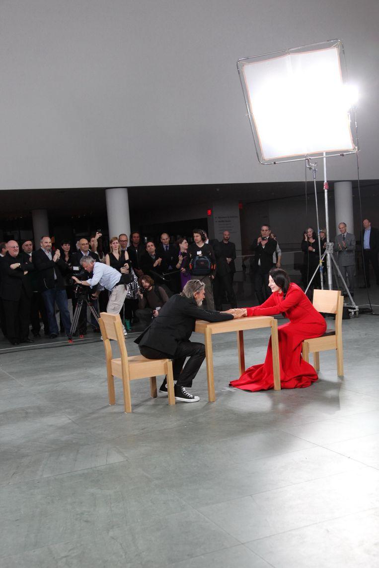 Marina Abramovic met haar ex-partner Ulay tijdens de performance 'The Artist is Present' in Museum of Modern Art in New York. Beeld Patrick McMullan / Getty
